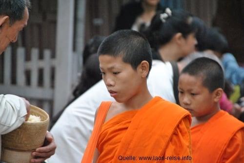 Die Mönchsprozession durch Luang Prabang