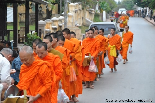 Der morgendliche Marsch der Mönche durch Luang Prabang