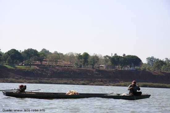 Ein Long Boat auf dem Mekong