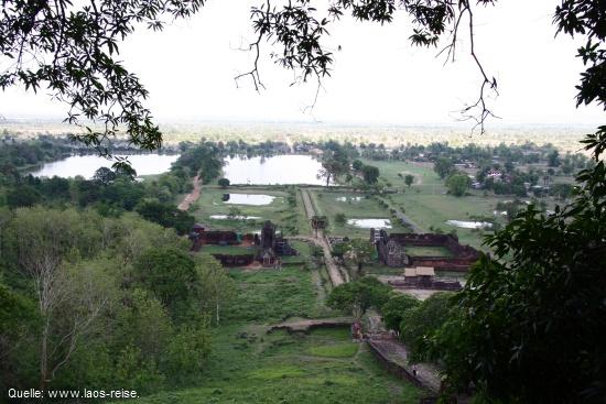 Blick von Wat Phou auf die unterschiedlichen Ebenen des Tempelkomplexes