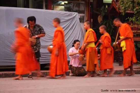 Morgendliche Mönchsprozession in Luang Prabang