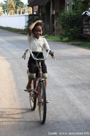 Champasak: Neugieriges Mädchen auf dem Fahrrad