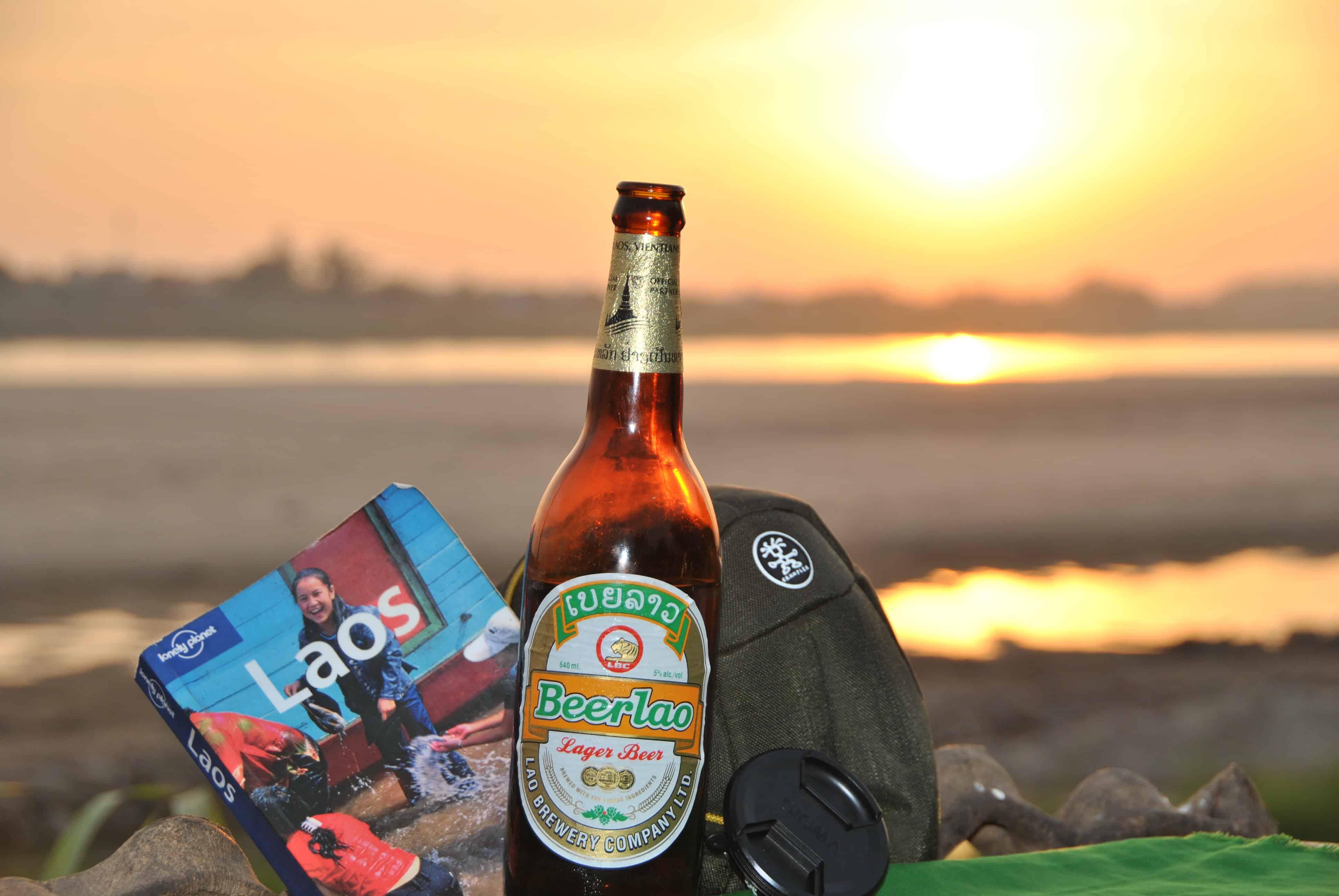 Sonnenuntergang am Ufer des Mekongs in Vientiane